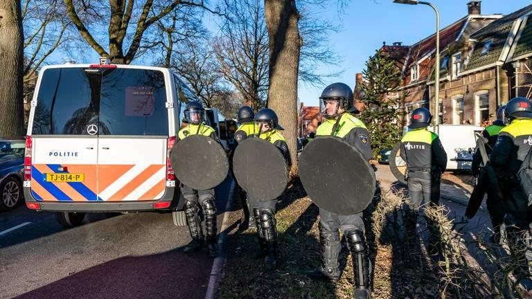 Veel ME na de wedstrijd Willem II - NAC (Foto: Marcel van Dorst, SQ Vision Mediaprodukties)