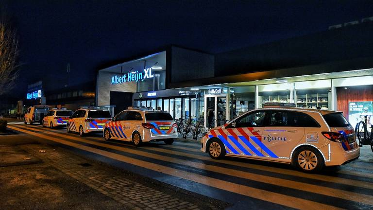 De politie kwam met zes auto's naar de winkel toe (foto: Toby de Kort)