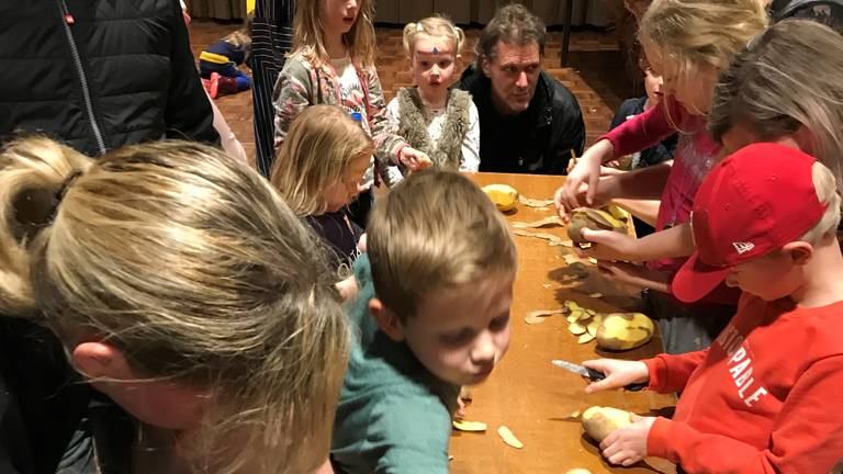 De kinderen schillen fanatiek de aardappels (Foto: Maurice Broeren)