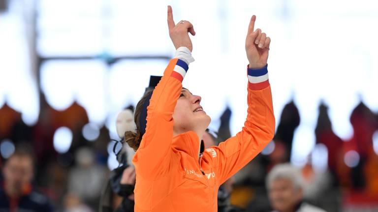 Ireen Wüst droeg haar WK-zege op aan de overleden Paulien van Deutekom (foto: VI Images).