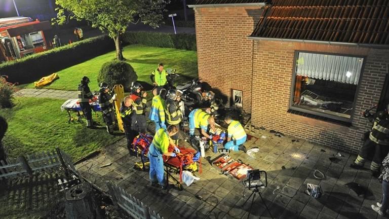 De motor botste tegen een huis in Riethoven (foto: Rico Vogels)