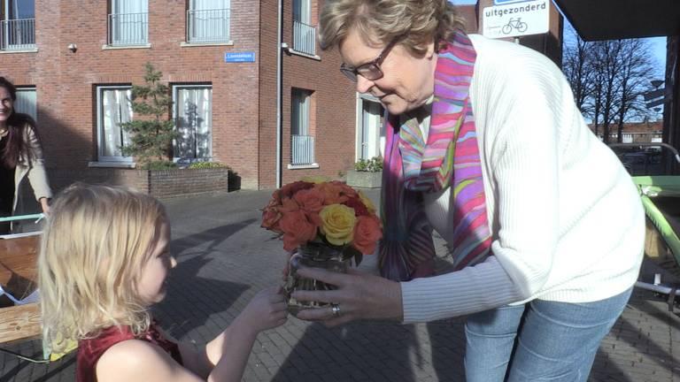 Izis (4) maakt boeketjes van oude bloemen en geeft ze aan ouderen in de buurt.
