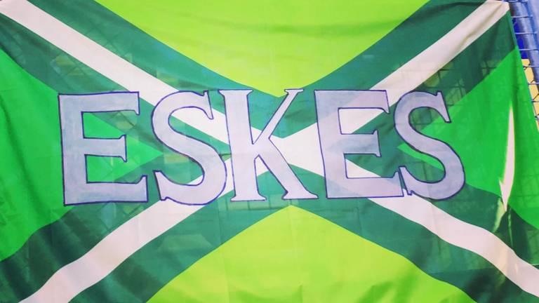 De vlag voor de overleden Gerben Eskes.