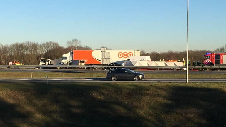 Meerdere voertuigen zijn betrokken bij het ongeluk (foto: Danny van Schijndel)