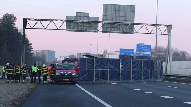 Grote schermen werden geplaatst bij de plek van het ongeluk op de A59 (foto: Bart Meesters/Meesters Multi Media).