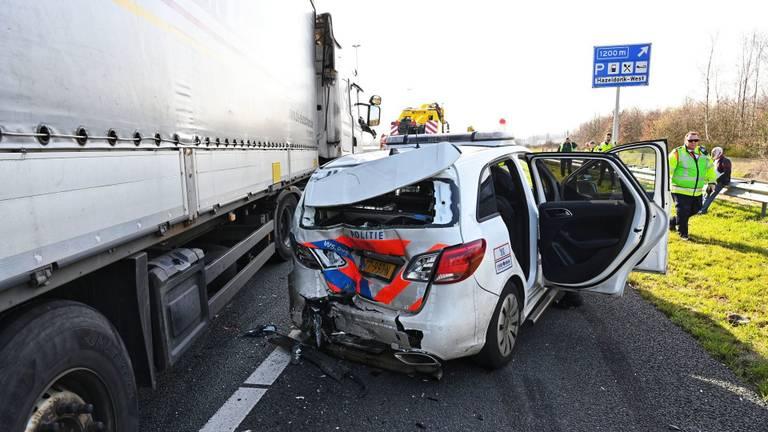 De politie-auto raakte zwaar beschadigd. (Foto: Tom van der Put/ SQ Vision)