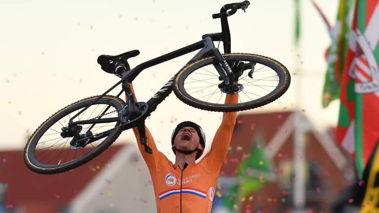 Vreugde bij Mathieu van der Poel na het passeren van de finish (foto: VI Images).