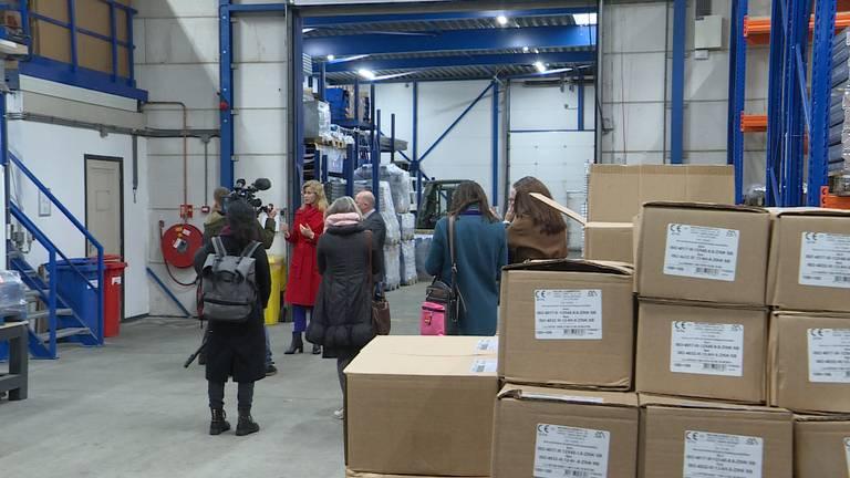 Staatssecretaris Mona Keijzer krijgt een rondleiding bij het bedrijf Anera op Moerdijk. (foto: Raoul Cartens)