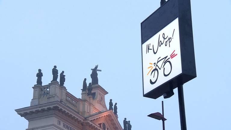 Deze tekst verschijnt als je langs de paal fietst. (foto: Omroep Brabant)