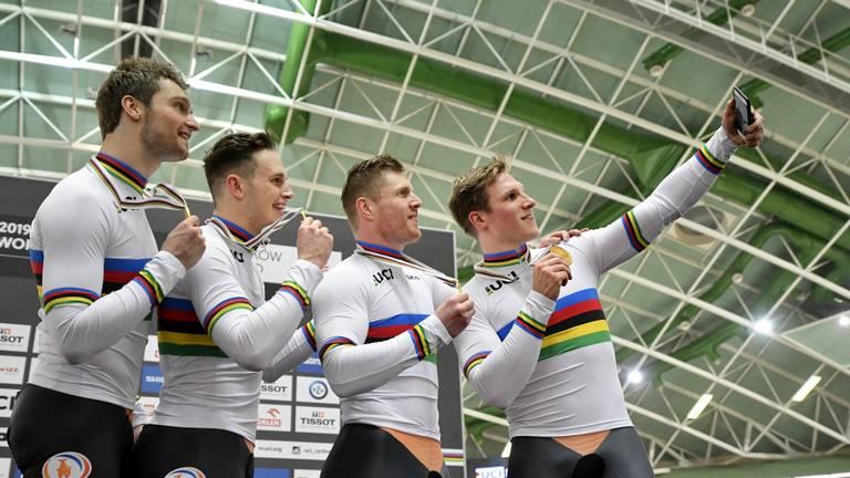 Tijd voor een regenboog-selfie na het behalen van de wereldtitel op de teamsprint. (Foto: VI Images)