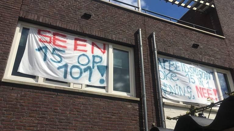 Spandoeken tegen de bewoning door 15 arbeidsmigranten. (Foto:Wendy Leemans)