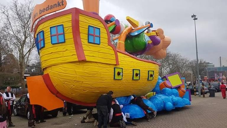 Carnavalsboot dreigde te kapseizen (foto: Roy Leenders).