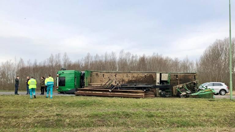 Gekantelde vrachtwagen op A27 bij Werkendam. (foto: Jeroen Stuve)