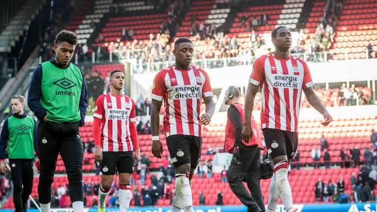PSV'ers druipen af na het teleurstellende gelijkspel tegen Feyenoord (foto: VI Images).