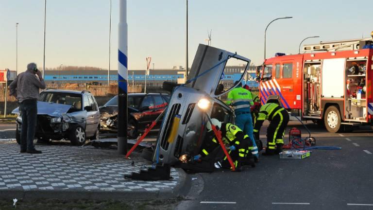 De auto belandde op de zijkant. (Foto: Persbureau Midden Brabant)