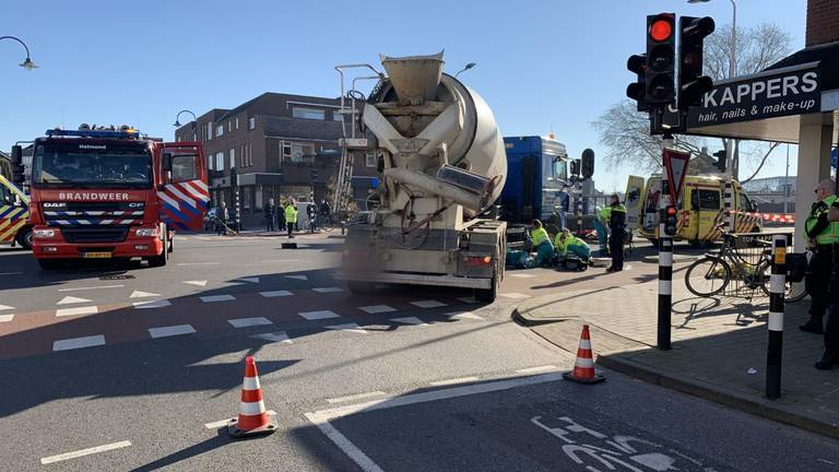 De vrouw belandde onder de vrachtwagen op de Mierloseweg (Foto: Dave Hendriks/SQ Vision).