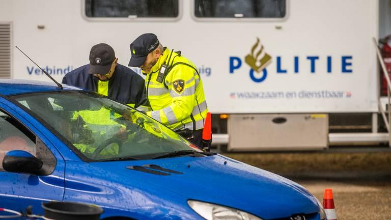 Agenten in actie tijdens de controle van donderdag. (Foto: Sem van Rijssel/SQ Vision)