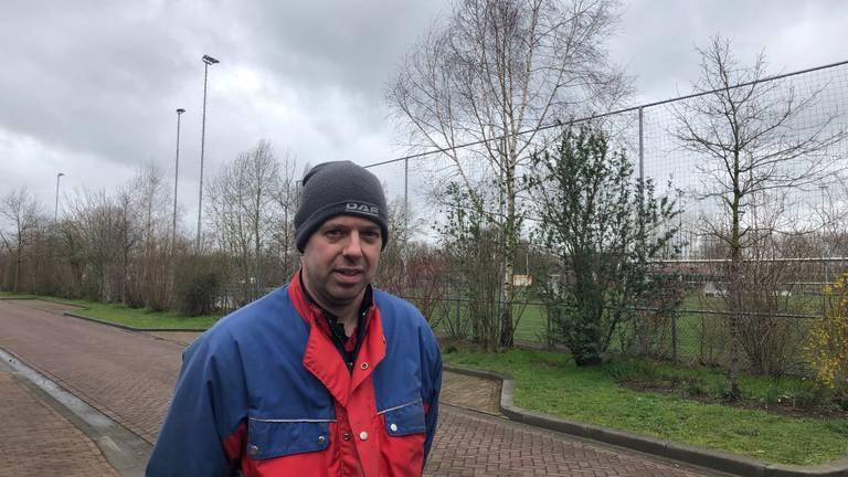 Paul van Creijn bij het sportpark waar de zendmast komt