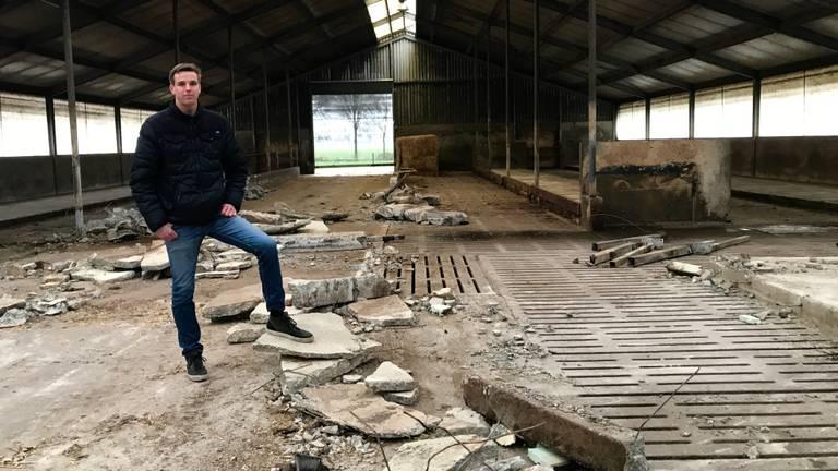 De 20-jarige Bram van Beekveld in zijn lege koeienstal. (Foto: Eva de Schipper)