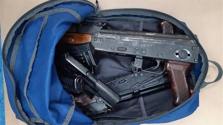 De politie vond 300 kilo cocaïne en deze Kalasjnikovs (foto:politie)