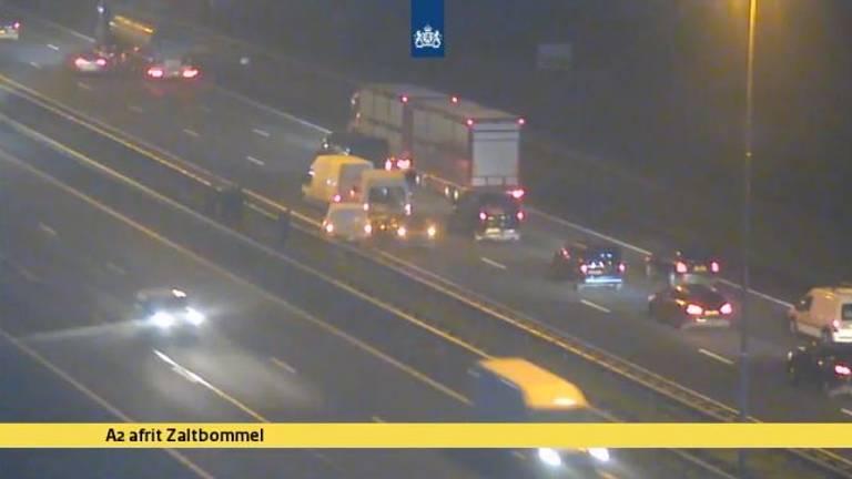 Bij Waardenburg botsten meerdere auto's op elkaar. (Foto: Twitter Rijkswaterstaat)