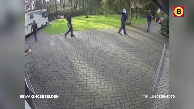 De inbrekers op de oprit van de woning in Steensel (Foto: Bureau Brabant).