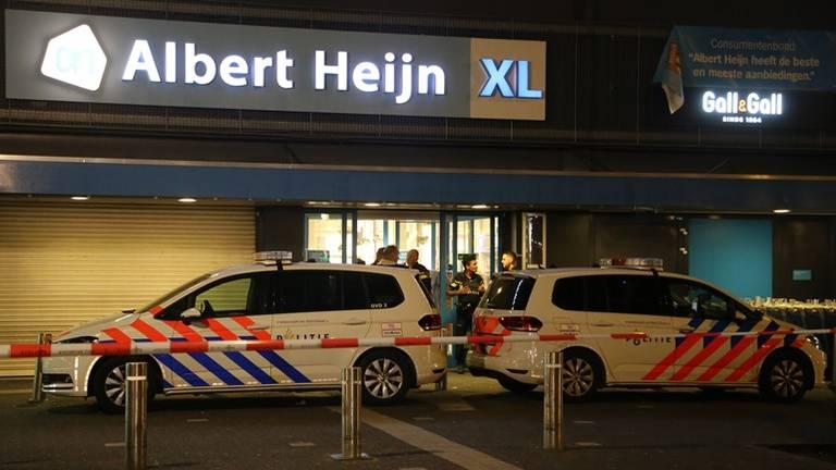 Politie bij de Albert Heijn XL in Eindhoven. (foto: Danny van Schijndel)