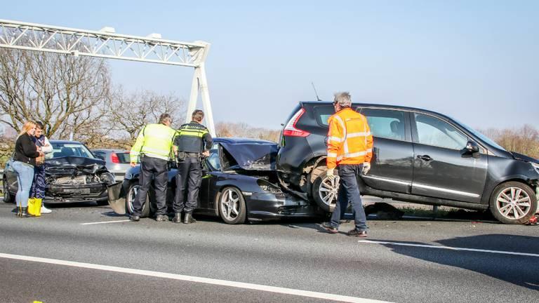Bij het ongeluk bij Wouwse Plantage zijn meerdere auto's betrokken. (Foto: 112Nieuwsonline)