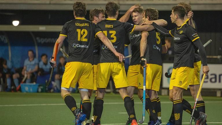 De spelers van Den Bosch vieren een van hun doelpunten tegen HGC. (Foto: Orange Pictures)