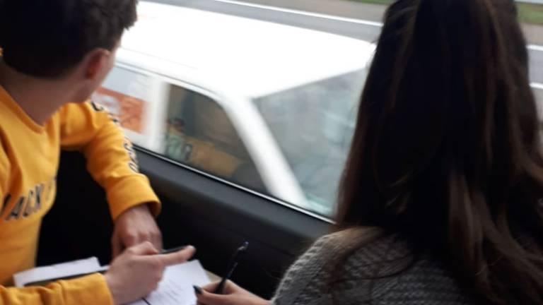 Bestuurders worden vanuit de touringcar gecontroleerd op smartphonegebruik.