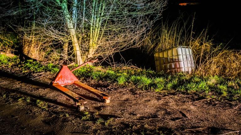 In de sloot bij de grond van Robert werd een vat drugsafval gevonden. (Foto: Sem van Rijssel/SQ Vision)