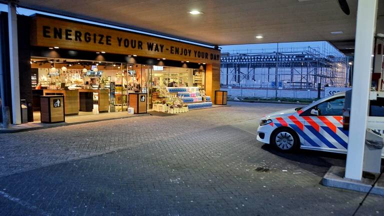 Het overvallen tankstation Wouwse tol in Bergen op Zoom (foto: Anthony DeCock/De Kort Media)
