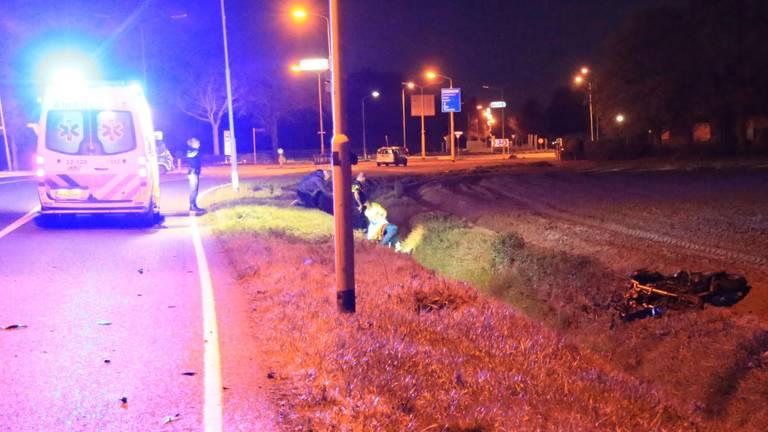 De motorrijder kwam na het ongeluk in de sloot terecht. (Foto: Harrie Grijseels/SQ Vision Mediaprodukties)