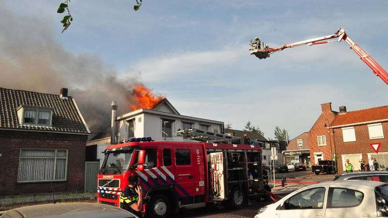 De brandweer probeert het vuur onder controle te krijgen. (foto: Persbureau Midden Brabant)