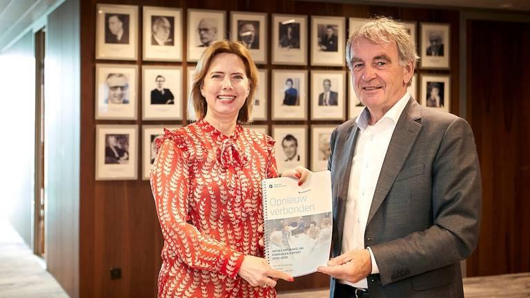 Minister Cora van Nieuwenhuizen neemt het advies van Pieter van Geel in ontvangst (foto: Wim Hollemans Fotografie).