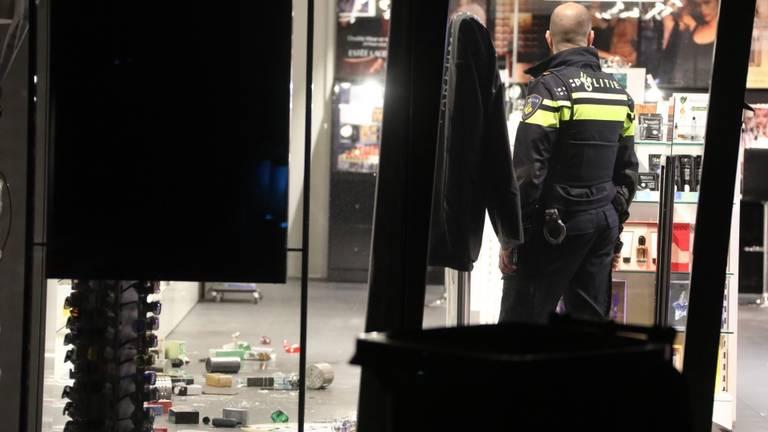 De politie doet onderzoek na de ramkraak in Heesch. (Foto: Gabor Heeres/SQ Vision)