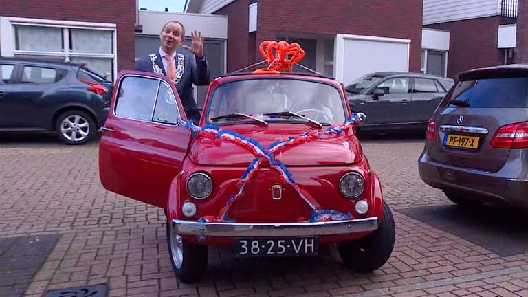 Burgemeester Anton Ederveen gaat in een Fiat 500 bij de gelukkigen langs.