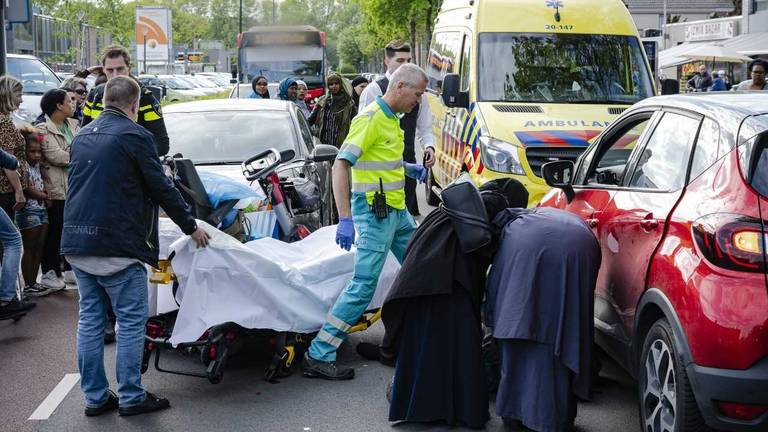De vrouw is onder een auto beland in Tilburg (Foto: Jack Brekelmans Persburo BMS).