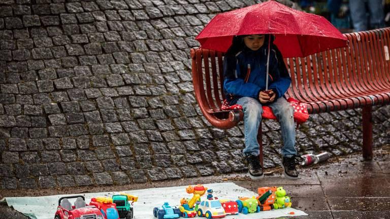 Een vrijmarkt in de regen in Veldhoven. (Foto: Rob Engelaar)