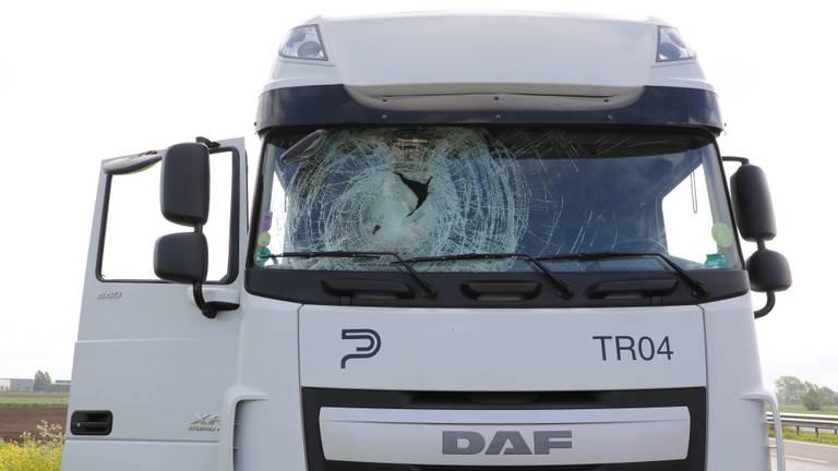 De voorruit van de vrachtwagen verbrijzelde door de klap. (Foto: Erik Haverhals/FPMB)
