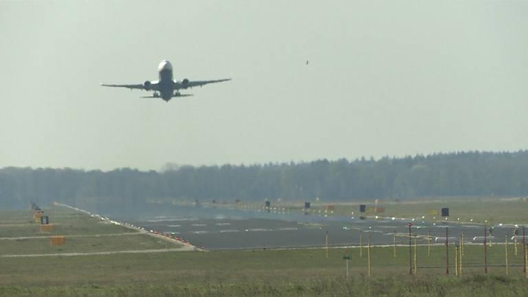 Een toestel van Ryanair vertrekt vanaf Eindhoven. (Foto: Raoul Cartens)