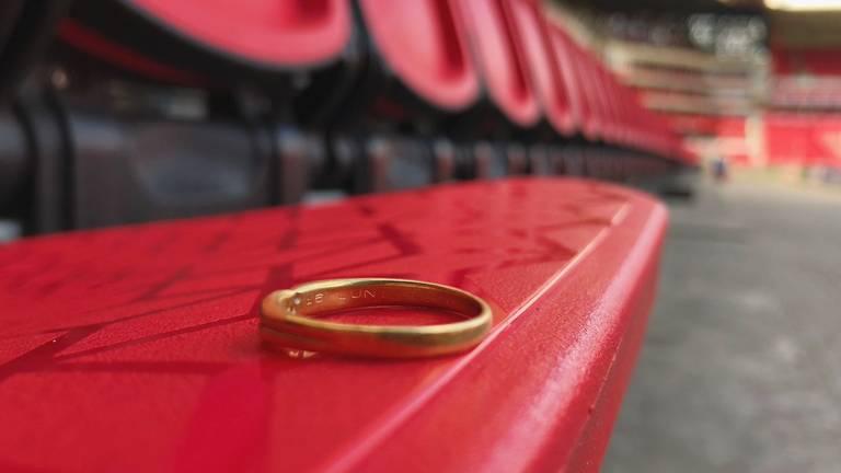 Iemand is zijn of haar trouwring verloren in het Philips Stadion. (Foto: PSV)