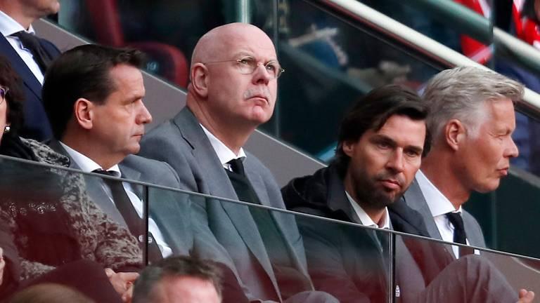 Toon Gerbrands kijkt teleurgesteld toe tijdens Ajax-PSV (foto: HollandseHoogte).