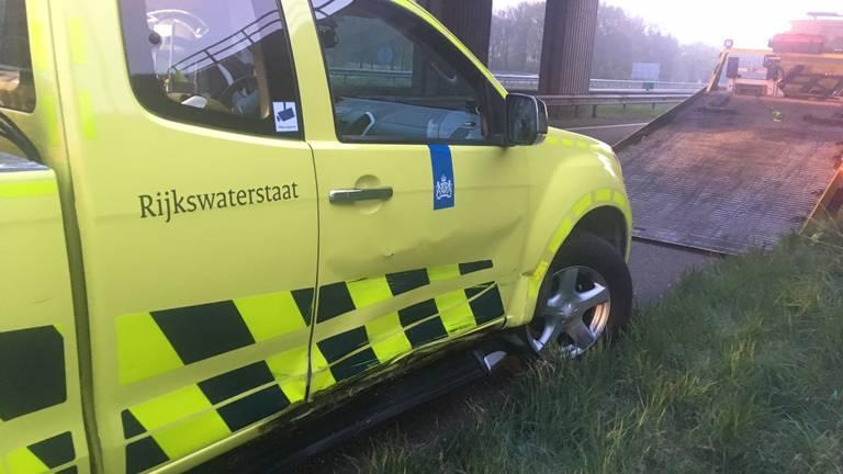 De auto van Rijkswaterstaat werd aangereden. (Foto: Twitter Ovd_Kimberly)
