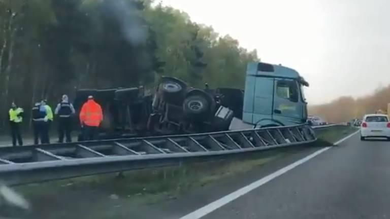 De vrachtwagen heeft de vangrail geramd. (Foto: Rijkswaterstaat)