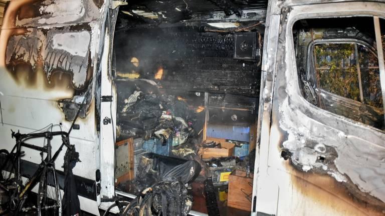 De camper die uitbrandde aan de  Generaal Smutslaan. (Foto: Toby de Kort)