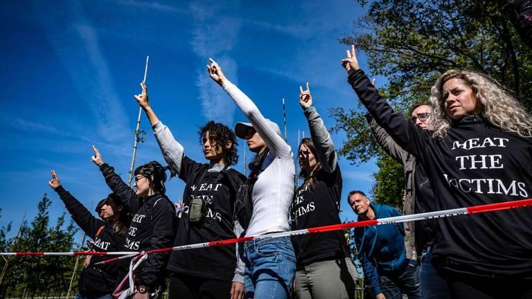 Dierenactivisten protesteerden voor een varkensstal. (Foto: Rob Engelaar)