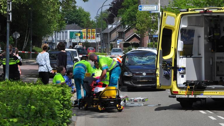 Hulpverleners bekommeren zich om het slachtoffer. (Foto FPMB/Foto Persbureau Midden Brabant)