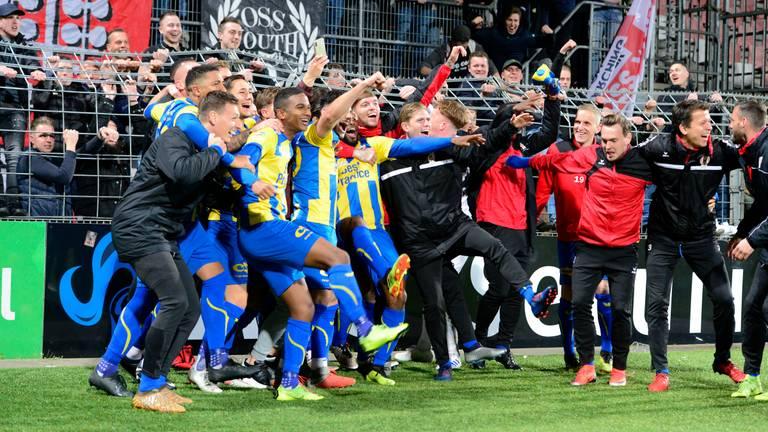 Vreugde bij de spelers van TOP Oss na de 0-4 zege bij Helmond Sport. (Foto: Orange Pictures)