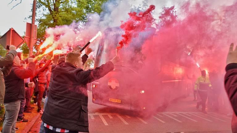 Honderden supporters zwaaien de spelersbus uit. (foto: Toby de Kort)